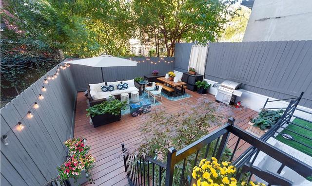 Với trị giá khoảng 32,5 tỷ đồng, ngôi nhà rộng khoảng 120m² với 2 phòng ngủ và một sân vườn 58m², cung cấp đủ không gian cho một bàn ăn tối, vài chiếc ghế sofa êm ái và những bữa tiệc nướng ngoài trời.