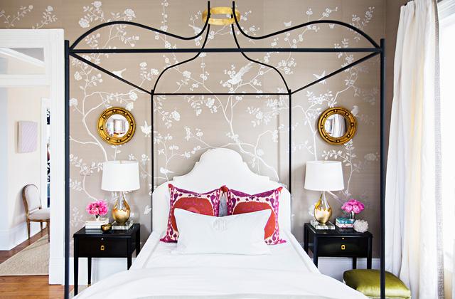 Hình dán hoa lá được trang trí trên các bức tường ở đầu giường, sau ghế và lọ hoa.