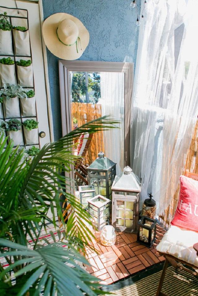 Góc ban công nhỏ không chỉ xinh đẹp mà còn vô cùng hữu dụng với cách trồng cây bằng túi vải thông minh.