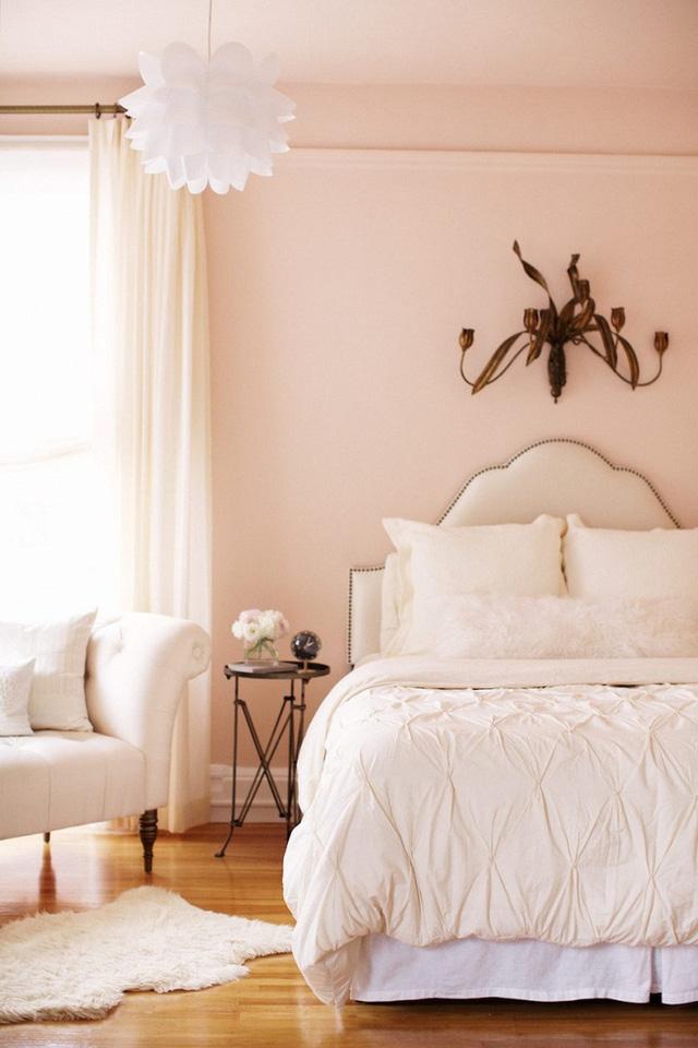 Một căn phòng ngủ đầy nữ tính được bao phủ bởi gam màu hồng đào.