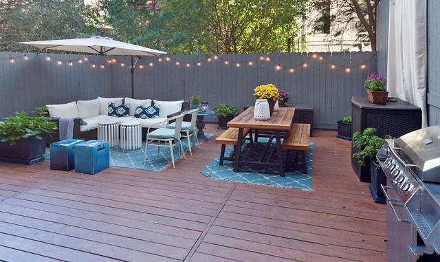 Khung cảnh sân vườn vô cùng lãng mạn với ánh đèn treo dọc hàng rào quây xung quanh.