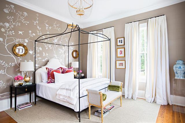 Các đồ trang trí như bản đồ, bình sứ màu xanh cổ điển và đèn chùm mạ vàng làm cho phòng ngủ nữ tính, quyến rũ và lôi cuốn hơn.
