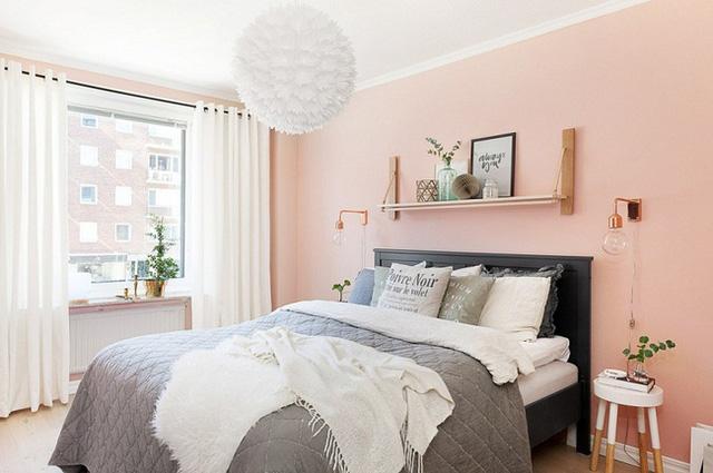 Một căn phòng ngủ hiện đại với màu sơn tường hồng đào.