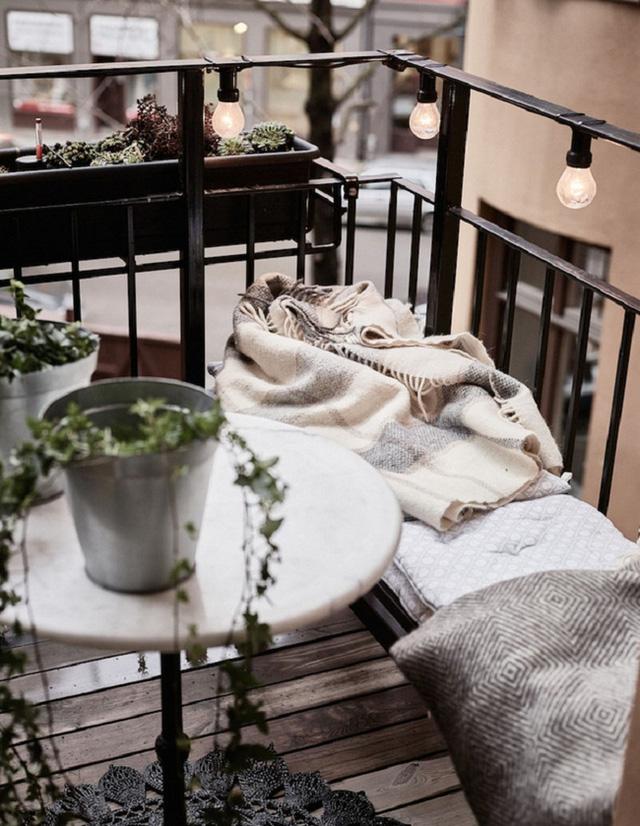 Vào những ngày trở gió, tận hưởng tiết trời se lạnh ngoài ban công bên một chiếc khăn choàng lớn chính là một sự tận hưởng.