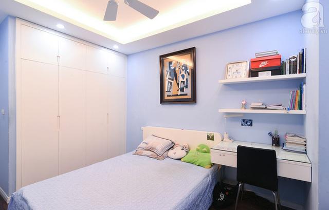 Hệ tủ cao sát tường và bàn học gắn tường giúp không gian thêm ngăn nắp.