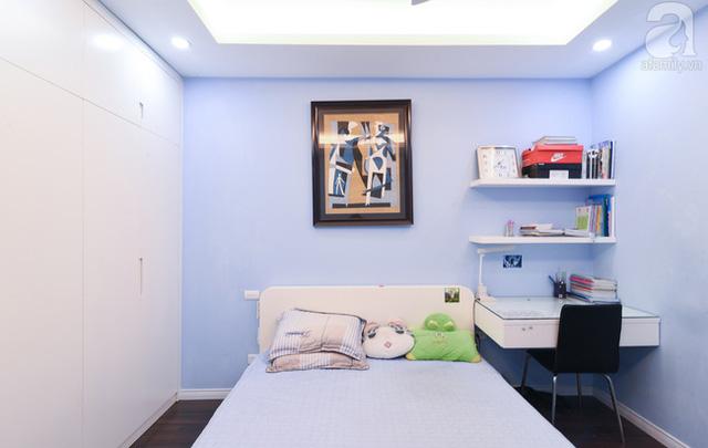 Phòng ngủ của bé gái được bố mẹ chăm chút với tông màu hồng nhạt. Bên cạnh điểm chung là tủ cao sát tường, bàn học, gắn tường, phòng của cô gái nhỏ được bố mẹ bổ sung thêm rất nhiều kệ để có chỗ cho bộ sưu tập thú bông.