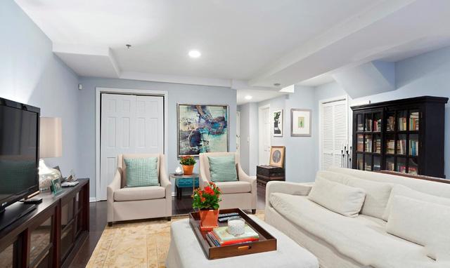 Tầng trên của ngôi nhà gồm phòng khách với phong cách thiết kế kiểu mở, phòng bếp, phòng ngủ và phòng làm việc. Ngôi nhà lấy ánh sáng tự nhiên từ phía sân sau, nơi ngôi nhà hướng ra không gian ngoài trời.