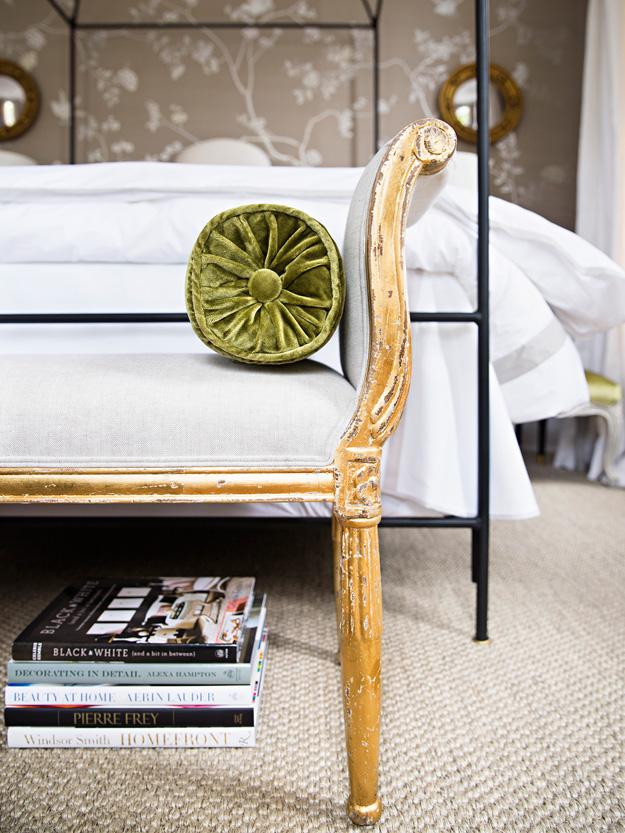 Cạnh ghế cũng được sơn một lớp màu vàng óng tạo cảm giác sang trọng, hiện đại.