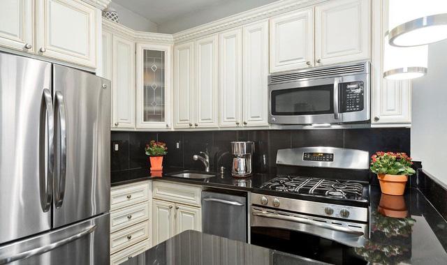 Phòng bếp đặc trưng với những tủ bếp tùy chỉnh, đảo bếp và sàn bằng đá granit, các thiết bị thì đều được làm từ thép không gỉ. Liền kề với phòng bếp chính là không gian phòng làm việc nhỏ nhưng ấm cúng.