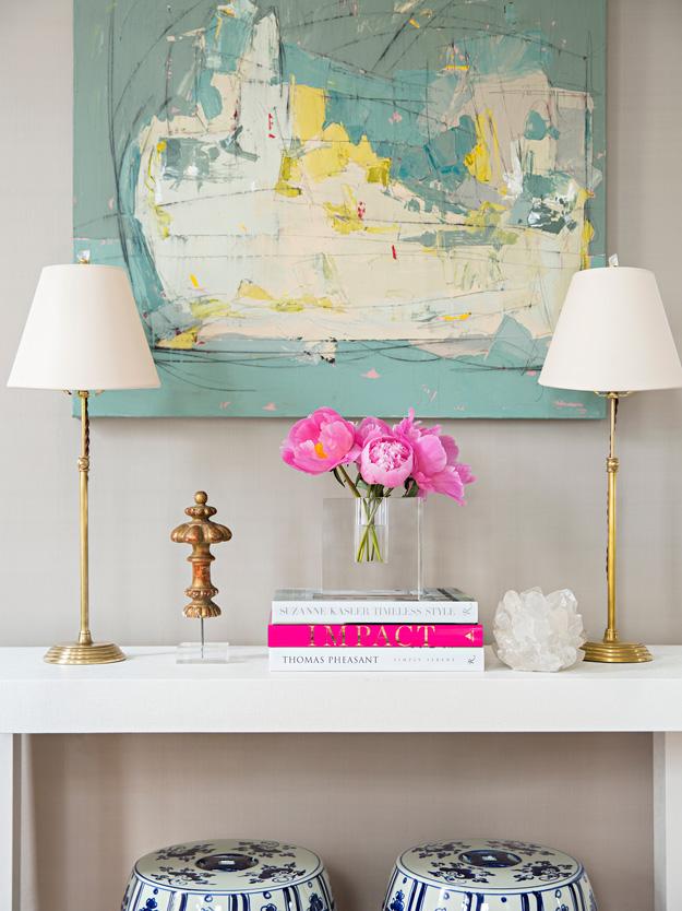 Bình hoa duyên dáng cùng đèn ngủ sang trọng tạo cảm giác thoải mái, ấm cúng cho toàn bộ không gian.