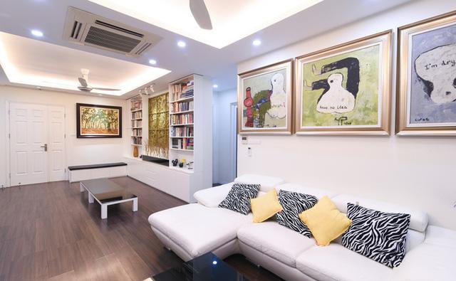 Dễ dàng nhận thấy phòng khách được tô điểm bằng rất nhiều tranh.