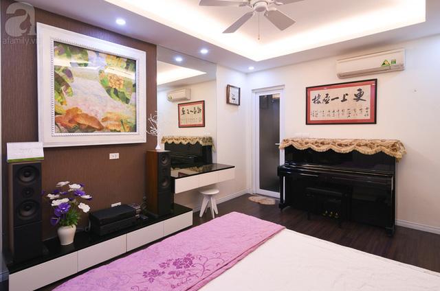Phòng ngủ của vợ chồng chị Lê cũng sử dụng tông màu đen - trắng tone sur tone với toàn bộ căn hộ.