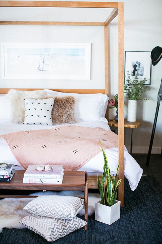 Dù chỉ là một chiếc chăn nhỏ màu hồng đào thôi cũng đủ tăng thêm nét nữ tính bên trong căn phòng.