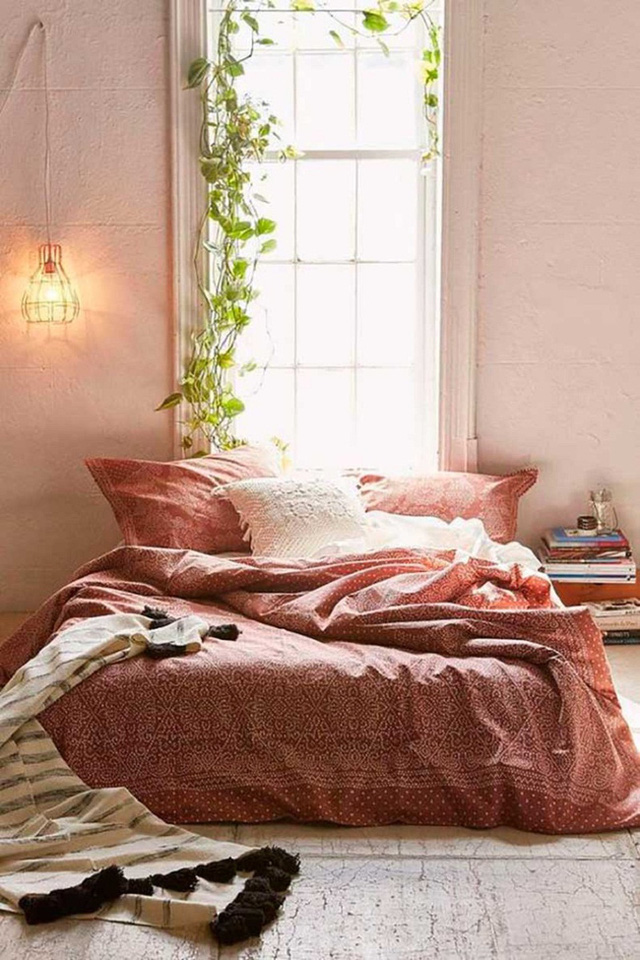 Một căn phòng ngủ sơn hồng đào với một chiếc giường ngủ giản dị vậy thôi cũng đủ khiến bao người mơ ước.